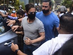 """Watch: SRK's """"Humble"""" Crowd Greet After Meeting Son In Jail Wins Hearts"""