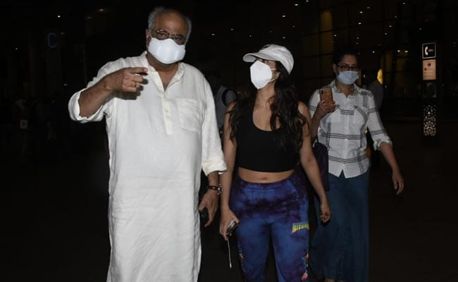 Janhvi Kapoor Schools Paparazzi After They Ask Boney Kapoor To Remove Mask