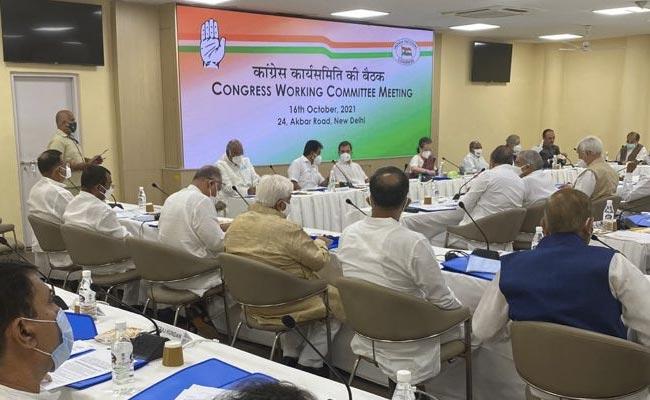 Sardar Patel's insult in CWC meet, alleges BJP