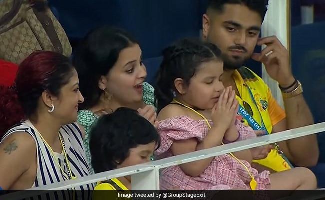 IPL 2021: पापा की टीम की जीत के लिए प्रार्थना करती दिखी धोनी की बेटी जीवा, मां साक्षी ने ऐसे किया रिएक्ट