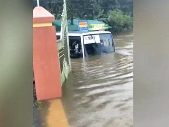 Video : Dramatic Videos Show Kerala Rain Nightmare As Floods Take Cars, Bus