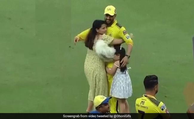 Todays News IPL 2021 Final: सीएसके की जीत के बाद धोनी से गले लगने दौड़ी चली आई साक्षी, देखें Video