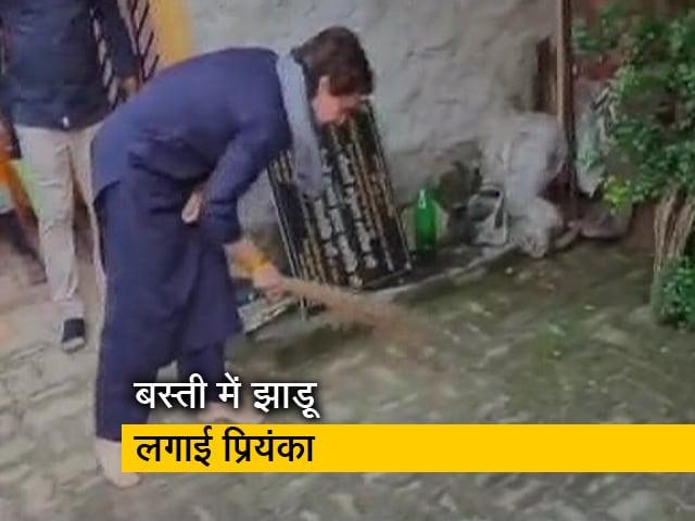 Videos : लखीमपुर खीरी के बाद लवकुश नगर पहुंच गईं प्रियंका गांधी, बस्ती में लगाई झाड़ू