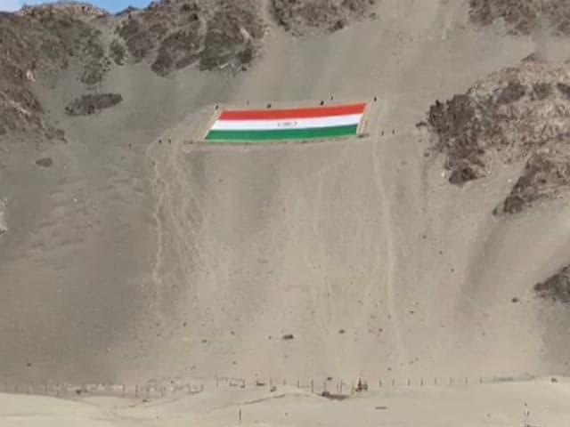 Videos : लेह में लगाया गया दुनिया का सबसे बड़ा खादी का तिरंगा, वजन 1,000 हजार किलो