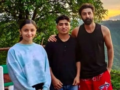 Viral Pic Of Alia Bhatt And Ranbir Kapoor With A Fan