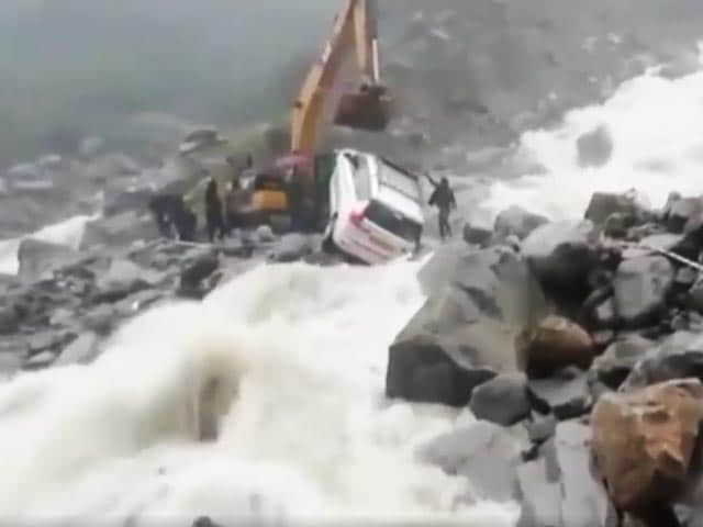 Video : Watch: Dramatic Rescue As Car Stuck Between Rocks In Uttarakhand Rain
