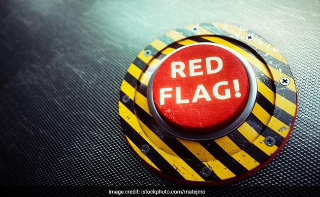 नेटफ्लिक्स से लिंक्डइन तक: हर कोई ट्वीट क्यों कर रहा है लाल झंडा इमोजी