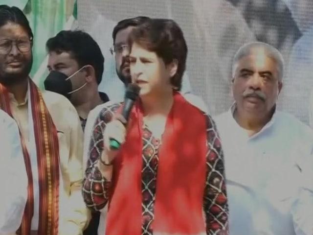 Video : Priyanka Gandhi Flags Off Congress's 'Pratigya Yatra' In Uttar Pradesh
