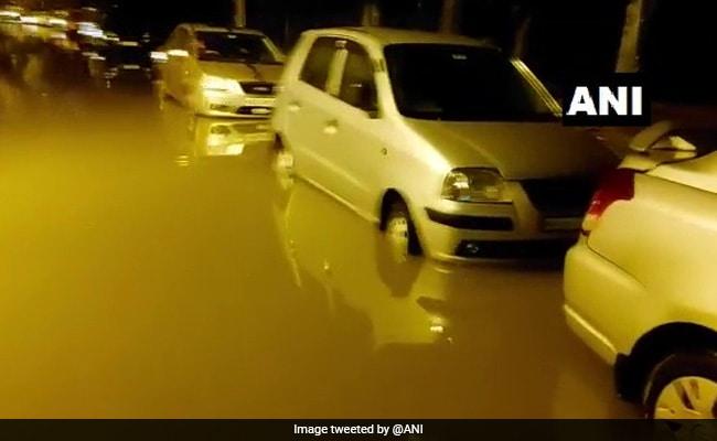 भारी बारिश से उफान पर बेंगलुरु की माडीवाला झील, कई इलाके पानी-पानी, एयरपोर्ट पर भी जलजमाव