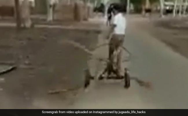 सड़क की सफाई के लिए शख्स ने किया देसी जुगाड़, चार झाड़ुओं को जोड़कर बना डाला गजब Road Cleaner – देखें Video