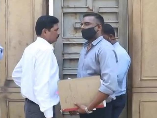 Video : Anti-Drugs Agency At SRK's Home After He Meets Son Aryan In Jail
