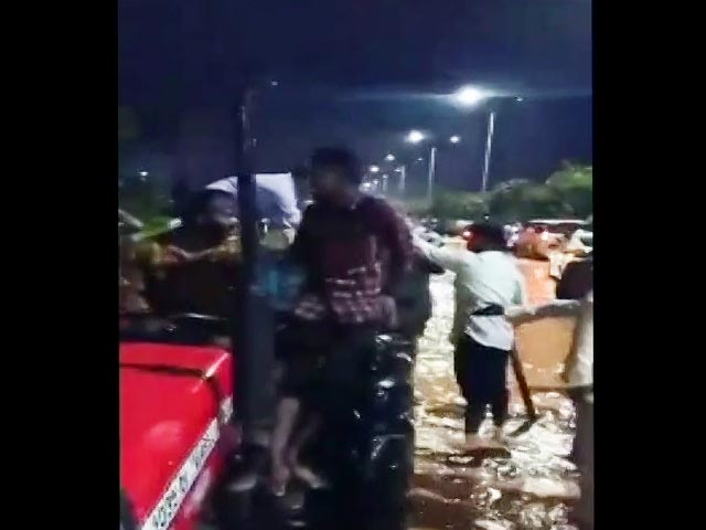 Video : Watch: Passengers Reach Bengaluru Airport On Tractor Amid Water-Logging