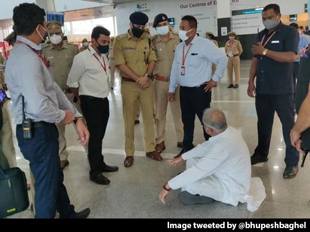Video : Chhattisgarh Chief Minister Stopped At Lucknow Airport, Sits On Floor