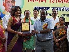 दिल्ली में जिस शिक्षिका को मनोज तिवारी ने किया था अपमानित, उसे MCD ने किया सम्मानित