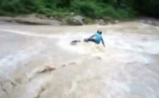 उफनती नदी के बीच शख्स ने तेज रफ्तार में दौड़ाई बाइक, बाढ़ आई और उड़ाकर ले गई, वायरल हुआ VIDEO