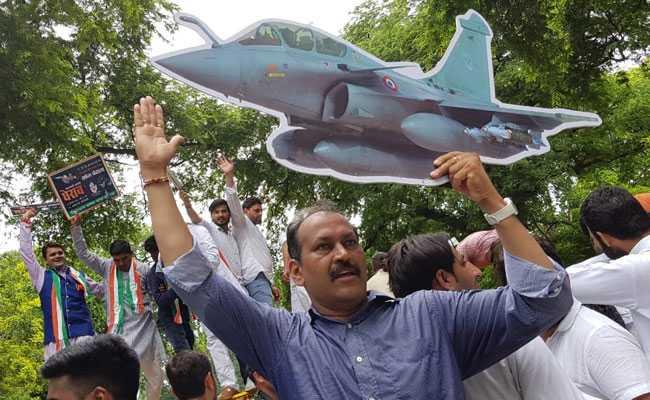 राफेल विमान सौदे में कथित घोटाले को लेकर युवा कांग्रेस ने किया प्रदर्शन