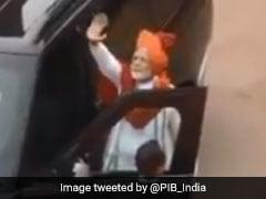 PM Narendra Modi कार में बैठते ही करते हैं ये काम, देखकर आप भी करेंगे उन्हें Follow