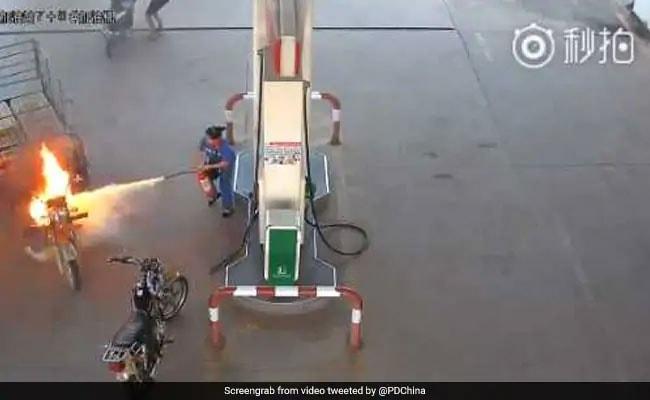 पेट्रोल पंप में अचानक लगी गाड़ी में आग, कर्मचारी ने बुझाने के लिए लगाया ये आइडिया