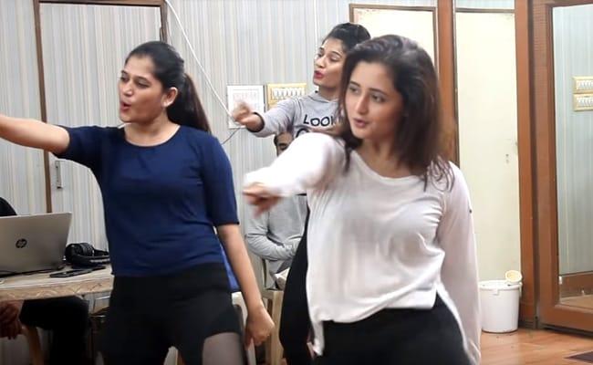 काजल राघवानी के भोजपुरी सॉन्ग 'धुकुर धुकुर' पर रश्मि देसाई ने जमकर उड़ाया गरदा, Video हुआ वायरल