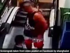 VIDEO: एस्केलेटर पर पिता और बेटे को छूकर निकली मौत, कैमरे में कैद हुआ हादसा