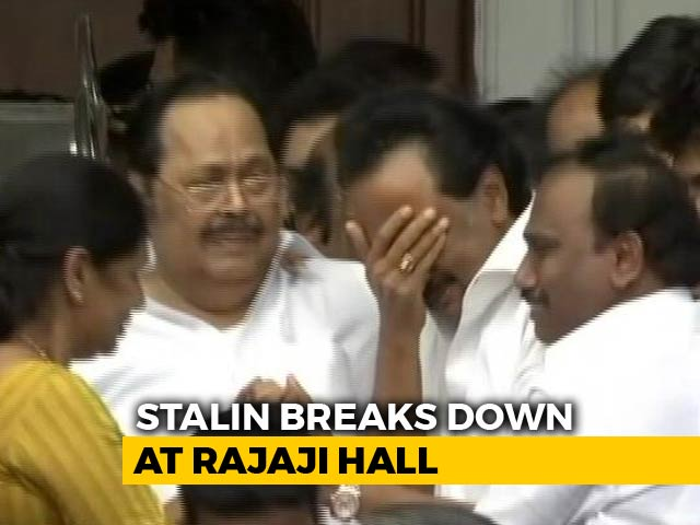 Video : Karunanidhi's Son MK Stalin Breaks Down On Hearing Court Ruling On Burial