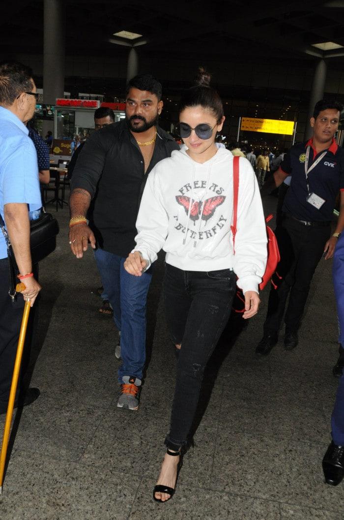 1b4817c91c9 Deepika Padukone, Alia Bhatt, Janhvi Kapoor Set Airport Style Goals ...