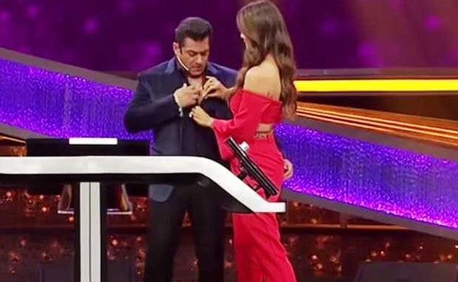 शिल्पा शेट्टी ने पहले खोले सलमान खान के बटन, फिर बोलीं- इसे बंद ही कर दो और फिर...देखें वीडियो