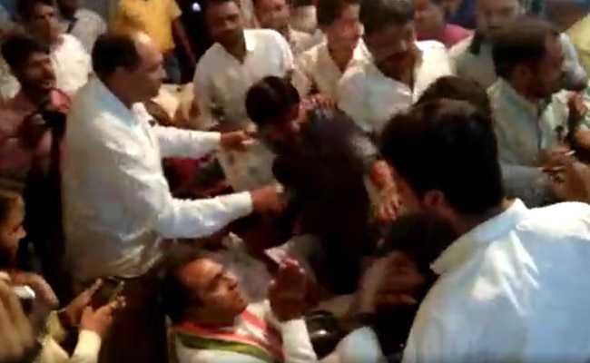 विदिशा : कांग्रेस के प्रदेश प्रभारी के सामने आपस में भिड़े पार्टी कार्यकर्ता