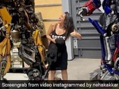 नेहा कक्कड़ के गाउन की खातिर लड़ पड़े 'रोबोट', फ्लाइंग Kiss देकर उड़ाए होश.. देखें Video
