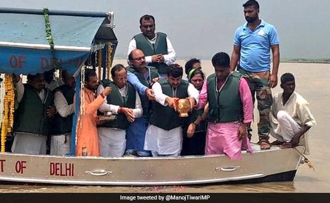 अटल अस्थि विसर्जन: BJP की बोट पर नजर आया हाथ, लोगों ने पूछा- किसका है