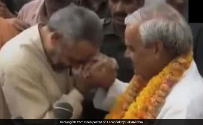 Atal Bihari Vajpayee Death: अटल बिहारी वाजपेयी ने जब नरेंद्र मोदी को ऐसे किया था प्यार, देखें VIDEO