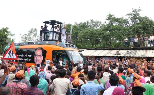 मध्य प्रदेशः CM शिवराज सिंह चौहान के काफिले पर पथराव से टूटा रथ का शीशा, बोले-हिम्मत है तो सामने आओ