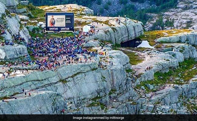 Mission Impossible Fallout: 4 घंटे की चढ़ाई, 2000 फुट की ऊंचाई,  2000 लोगों ने इस रोमांचक अंदाज में देखी फिल्म, देखें Photo