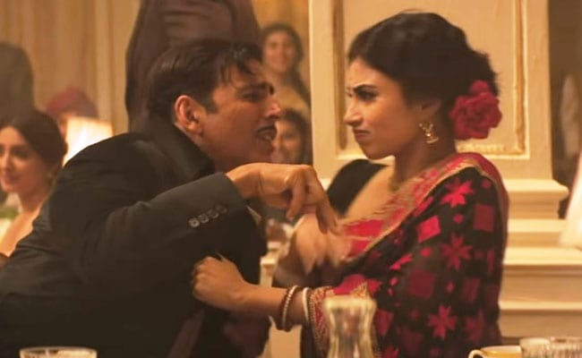 अक्षय कुमार ने की मौनी रॉय की खिंचाई, वीडियो में यूं बेकाबू होते आए नजर