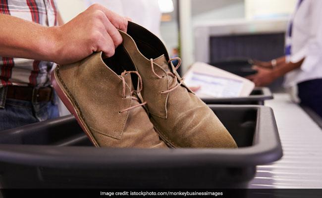 विदेशी चोरी से एयरपोर्ट के बाहर निकल रहा था, पुलिस ने पकड़ा तो जूतों से निकली ऐसी चीज