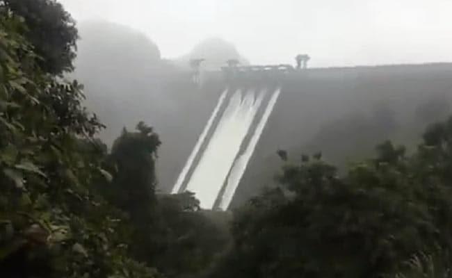 केरल में भारी बारिश के बाद बाढ़ की तबाही, इडुक्की बांध के पांचों गेट खुले : 10 बातें