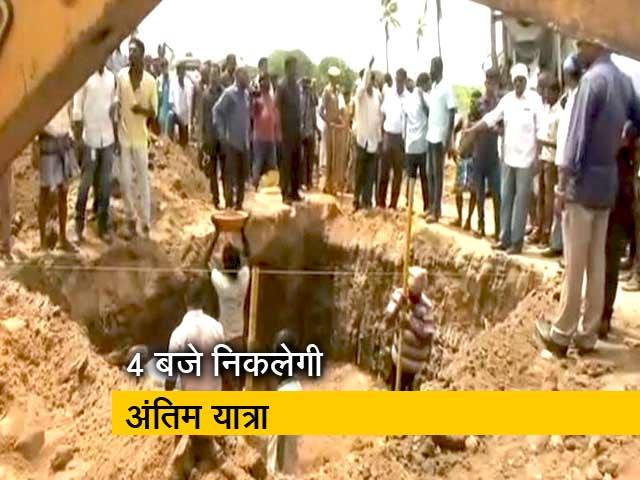 Videos : राजाजी हॉल के बाहर सर्थकों का हुजूम उमड़ा, 4 बजे निकलेगी करुणानिधि की अंतिम यात्रा