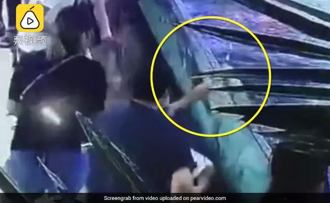 मॉल में पानी से खेल रही थी बच्ची, शार्क आई और चबा लिया हाथ, देखें Shocking Video
