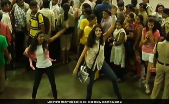मुंबई रेलवे स्टेशन पर अचानक लड़कियां करने लगीं डांस, यात्रियों ने साथ लगाए ठुमके, देखें Viral Video