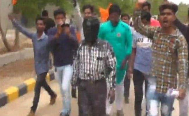 गुजरात: ABVP कार्यकर्ताओं ने प्रोफेसर के मुंह पर कालिख पोत जुलूस निकाला, FIR दर्ज