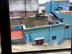 बाढ़ के कारण गिर गई 2 मंजिला इमारत, वायरल हुआ ये VIDEO