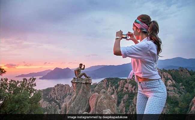 In Deepika Padukone's Throwback Photo, Can You Guess The Actor Posing For The Camera?