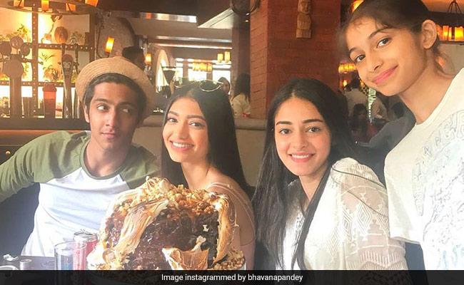 चंकी पांडे की बेटी ने लिया SOTY-2 की शूटिंग से ब्रेक, फैमिली के साथ Pics Viral