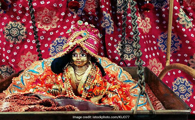 Janmashtami 2018: इस दिन रखें जन्माष्टमी का व्रत, जानिए आधी रात को किस तरह की जाती है कृष्ण की पूजा?