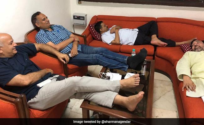 विरोध : मांगें पूरी न होने पर एलजी हाउस के वेटिंग रूम में सो गए केजरीवाल और उनके सहयोगी