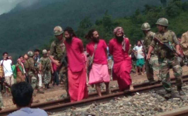 बच्चा चोर समझकर 3 साधुओं को घेर लिया भीड़ ने, सेना के जवानों ने बचाई जान