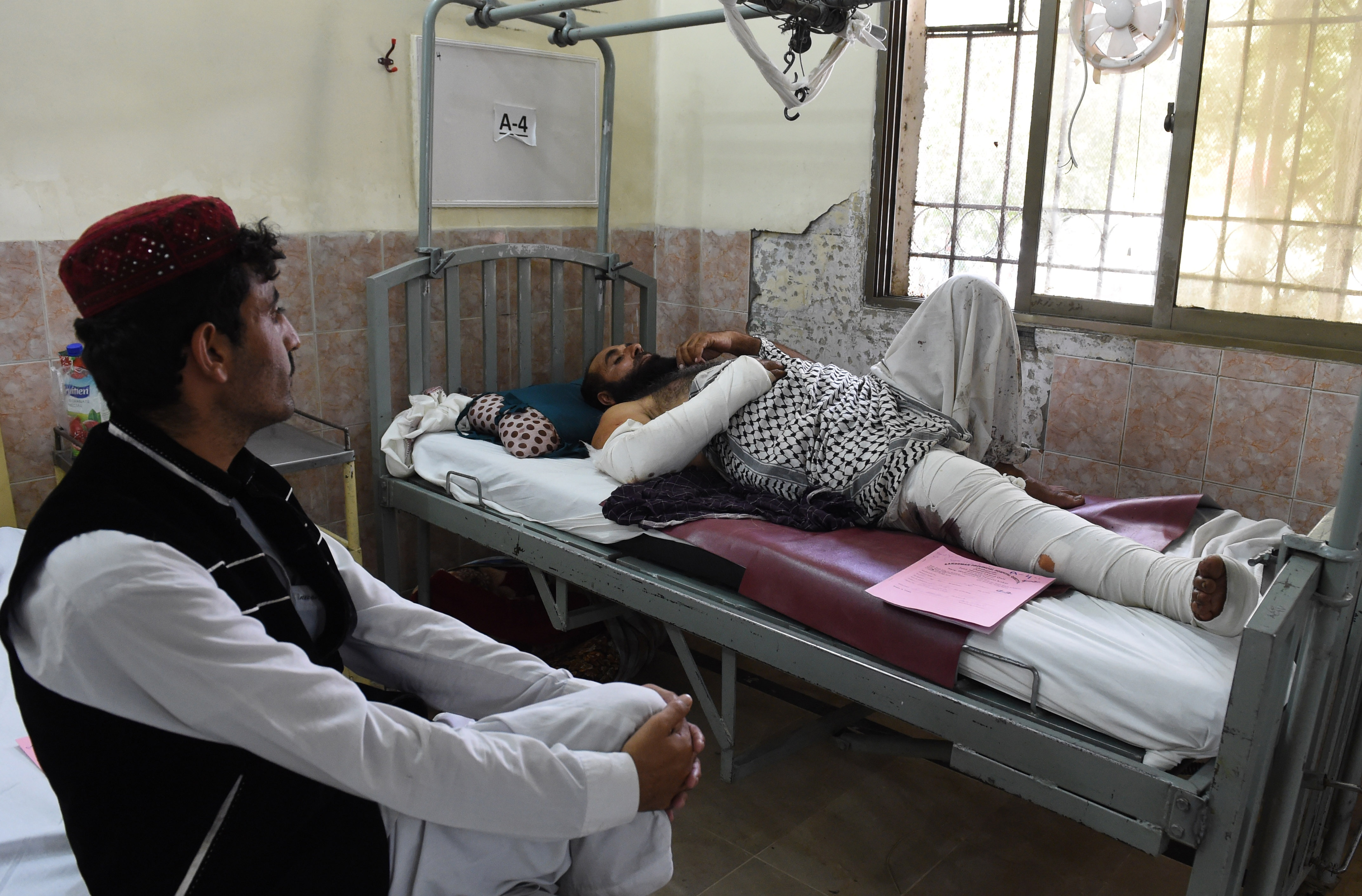 """""""You think I Will Survive?'"""": Hospital Overflows After Pakistan Blast"""
