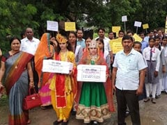 वाराणसी : जन्माष्टमी के दिन सड़क पर उतरे राधा-कृष्ण, केरल बाढ़ पीड़ितों को मदद देने की अपील की