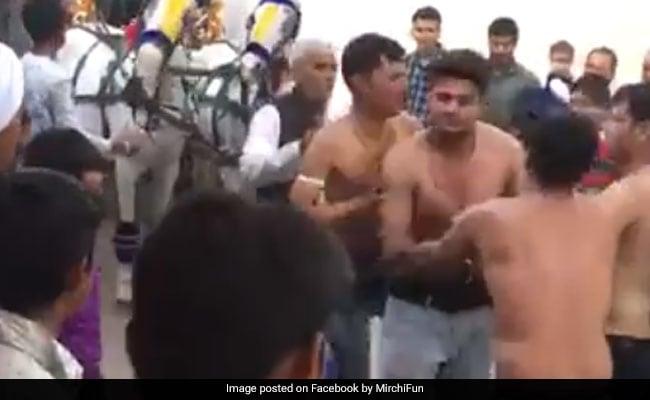 VIDEO: बारात में बारातियों ने कपड़े उतारकर किया डांस, देखता रह गया दूल्हा