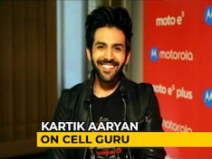 Meet Kartik Aaryan and the Moto E5 Plus